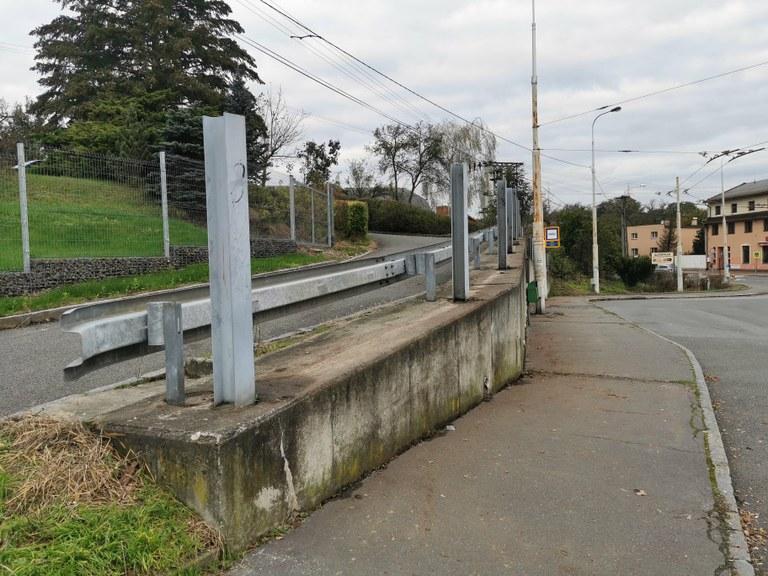 Protihluková stěna u točny trolejbusů v Koblově byla stržena