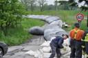 2010 - Provizorní protipovodňovou hráz začali hasiči stavět v pátek 14. června.